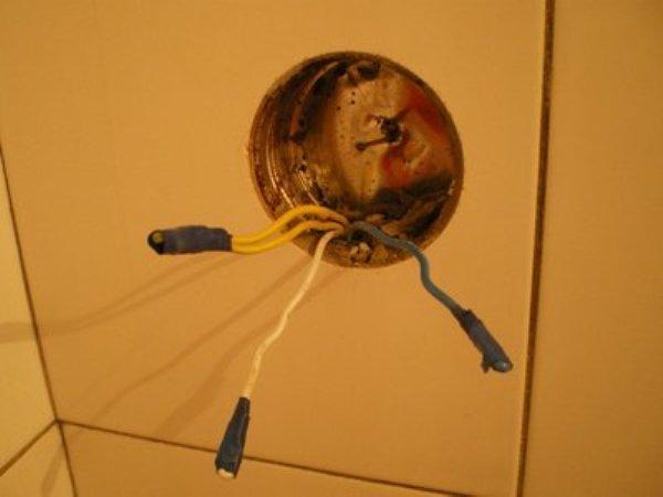 Почему провод бьёт током, а лампочка от него не горит?