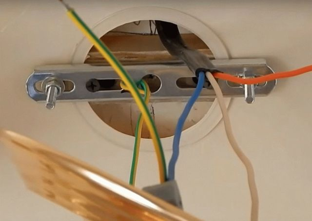 Как правильно подключить люстру на которой 3 провода: белый, синий и бело-черный?