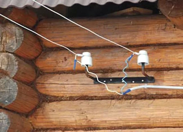 Можно ли завести в дом кабель в металлорукаве с ПВХ по забору?