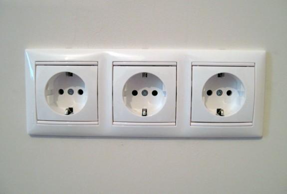Как подключить блок из двух выключателей и розетки?