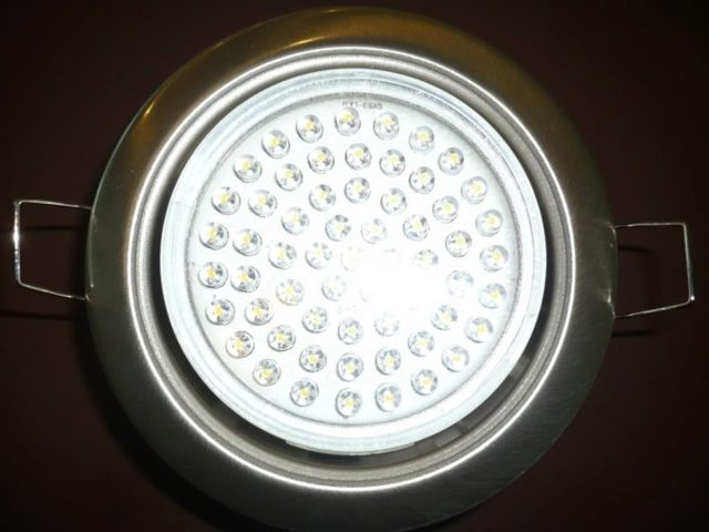 Как можно извлечь в настенном бра перегорелую лампочку?