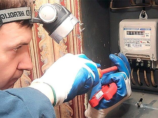 Почему после замены электросчетчика ломаются телефоны во время зарядки?