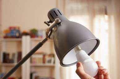 Почему в обычном патроне лампочка Ильича не горит, а светодиодная горит?