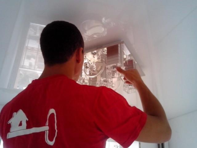 Почему после установки натяжного потолка светильники на потолке не выключаются?