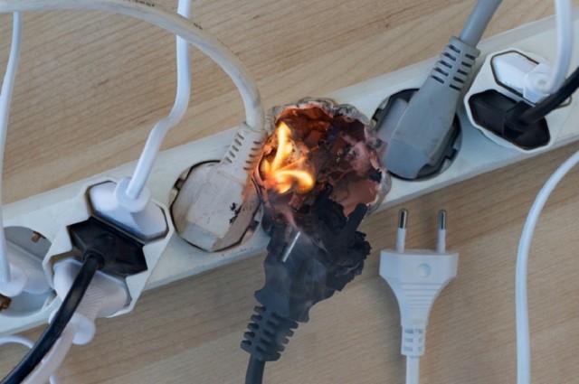 Что делать, если искрит розетка при включении вилки ноутбука?