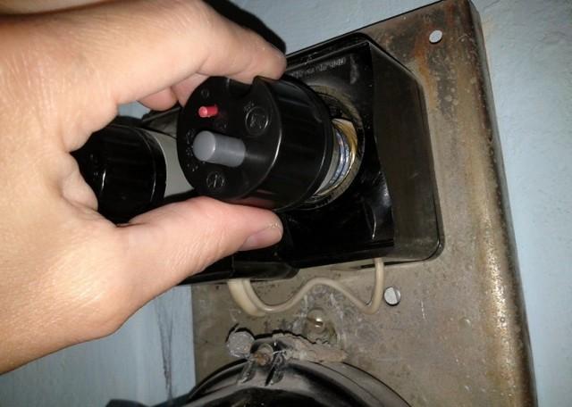 Почему не нажимается белая кнопка на пробке электросчетчика?