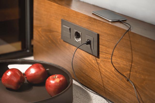 Как лучше поставить и подключить в комнате дополнительную розетку?