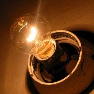 Может ли быть причина в старой магистральной линии, если дома тусклый свет?