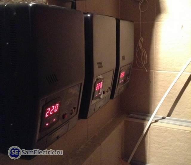 Почему при подключении трех однофазных стабилизаторов в трехфазную сеть выбивает вводной автомат?