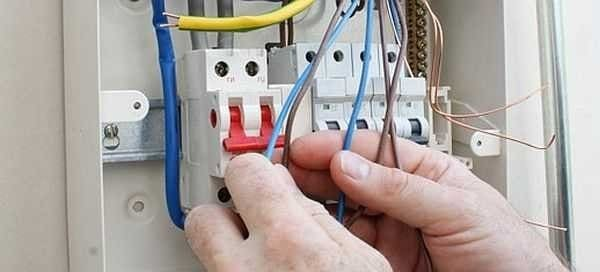 Почему при увеличении нагрузки в розеточной сети стало выбивать автоматический выключатель на вводе в квартиру?