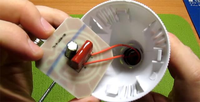 В чем причина нагревания патрона и лампочки в течении 5 минут после включения настольного светильника?