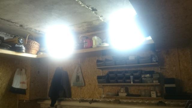 Почему пробивает фазу на металлические части гаража?