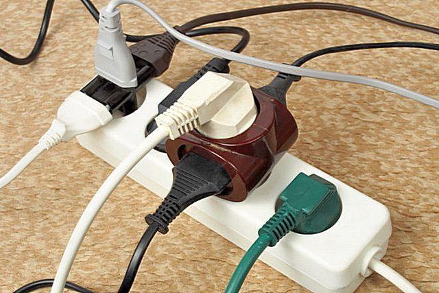 Можно ли для освещения использовать двухжильный кабель?