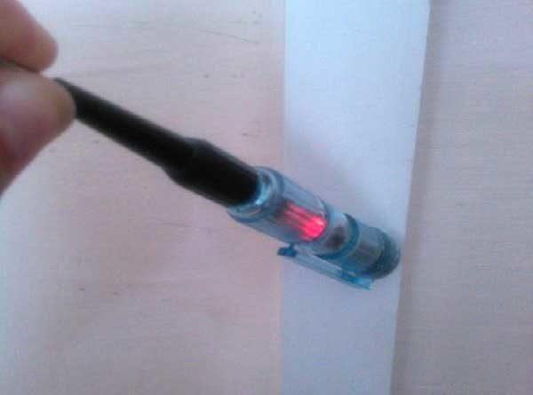 Помогите разобраться, что это за неизвестный провод, который выходит с потолка?