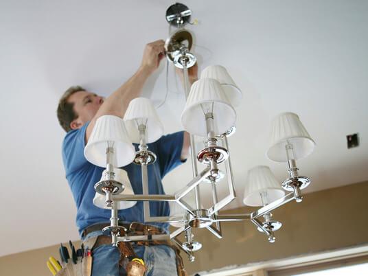 В чем может быть проблема, если есть горит только люстра, а светильники не горят?