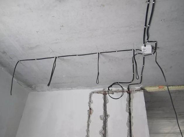 Можно ли использовать потолочный профиль для монтажа проводки по потолку?