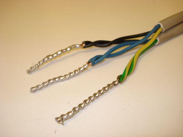 Можно ли проводить электрический кабель под бетонной дорожкой?