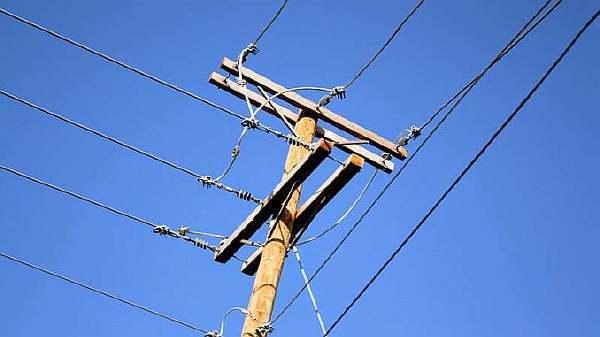 На каком расстоянии от земли должен висеть кабель между домом и столбом?