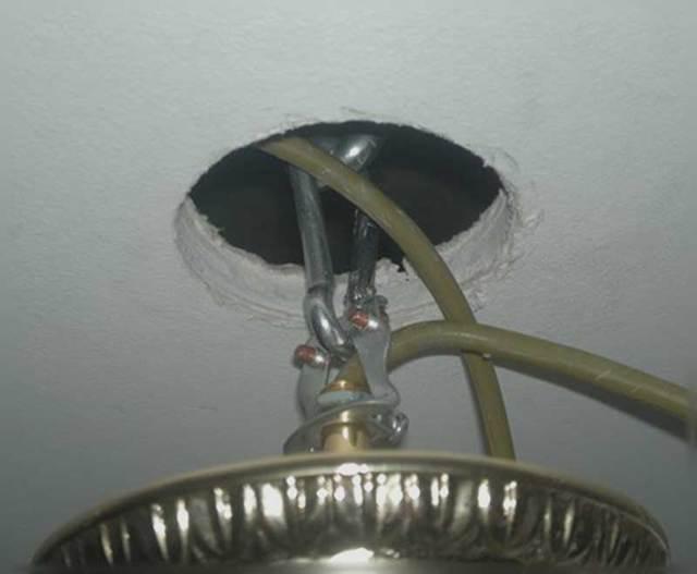 Почему не работает люстра на потолке и оплавились провода?