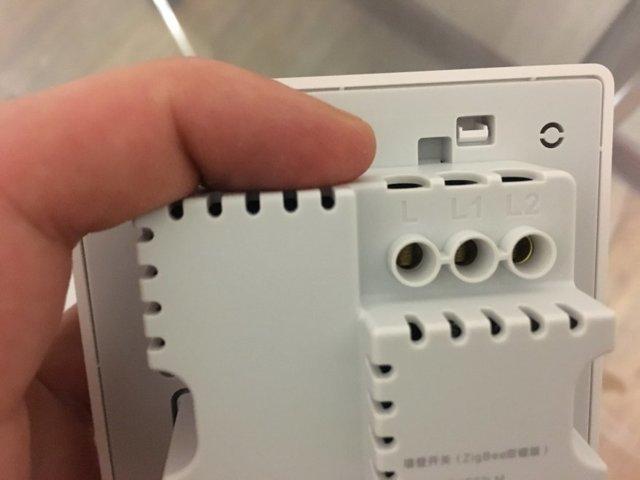 Почему в двухклавишном выключателе одна из клавиш не работает отдельно?
