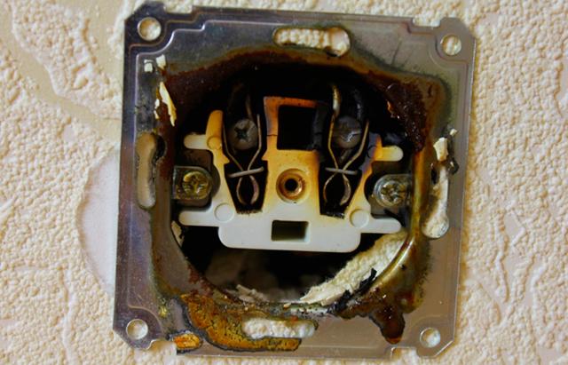 Почему искрят все розетки в доме после замены электропроводки?