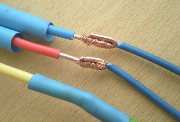 Плохо ли, что часть неизолированого провода касается пластика?
