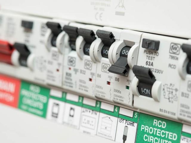 Почему срабатывает автомат и УЗО, защищающие рекламный короб?