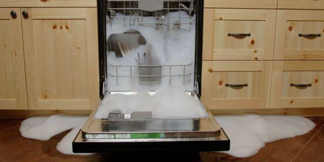 Почему при включении посудомойки сразу включается слив?