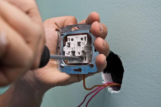 Почему горит две лампы из 5 и на одной клавише выключателя при выключении не горит индикатор?