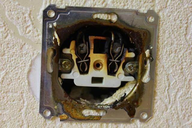 Что может быть, если в розетках есть фаза, но при включении вилки электроприбора в розетках электрика пропадает?