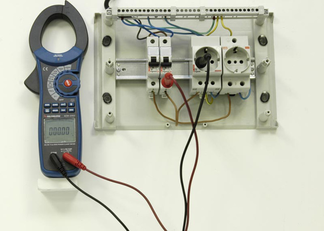 Почему выбивает автомат на освещение после затопления?