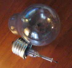 Как выкрутить лопнувшую лампочку из патрона: 5 способов
