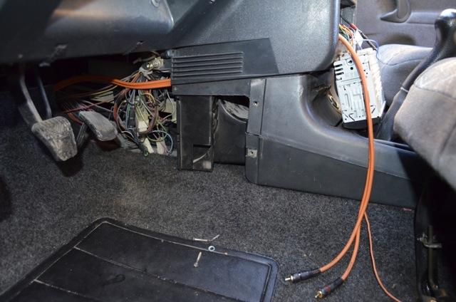 Как выполнить подключение сабвуфера в машине, если нет фишки?