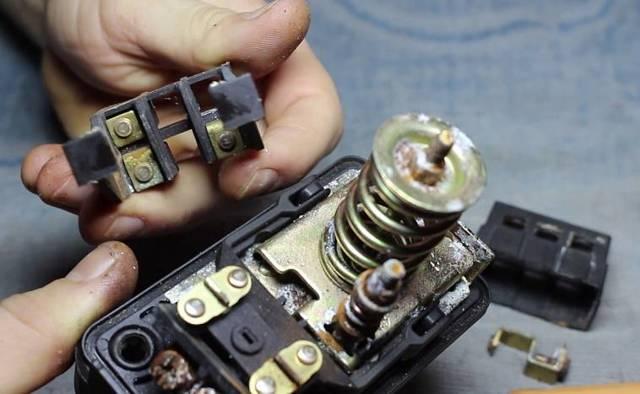 Почему не работает насосная станция, при этом все провода под напряжением?