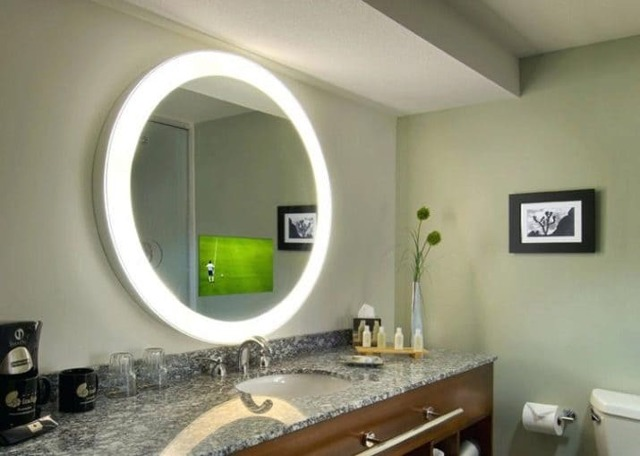 Как подключить зеркало с подсветкой и розеткой в ванной?