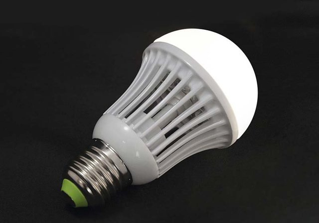 Почему светодиодные лампы горят после выключения?