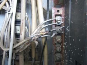 Опасно ли, если через стенку в подъезде поставили ящик со значком под напряжением?