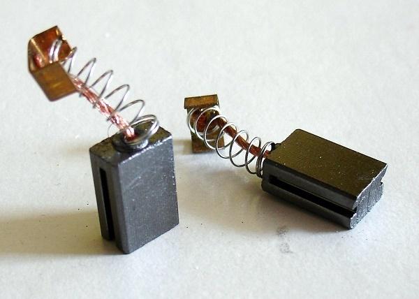 Почему искрят щетки после отключения двигателя от сети?