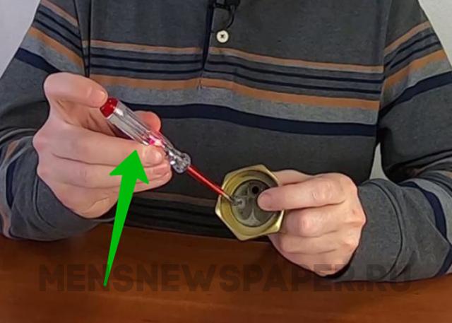 Почему индикаторная отвертка светится и тухнет на нуле в розетке?