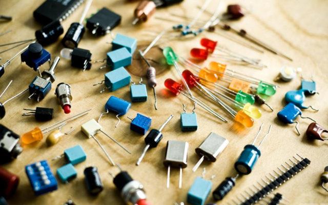 Что такое конденсатор, его конструкция, принцип работы и виды простым языком