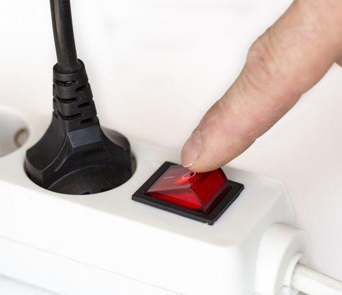 Можно ли удлинитель подключить напрямую к розетке в коридоре?