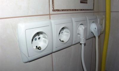 Почему при работе стиральной машины пол бьется током?