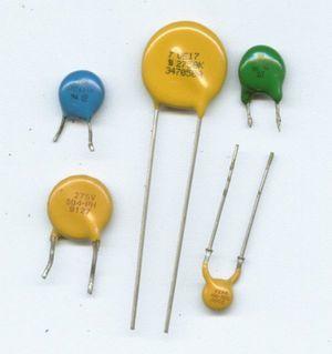 Как рассчитать общее сопротивление, общую силу тока и напряжение на каждом из резисторов?