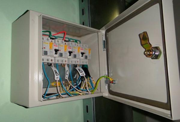 Можно и правильно ли вешать электрощиток низко в квартире?