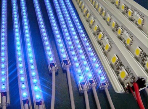 Почему светодиодные лампы продолжают гореть после выключения?