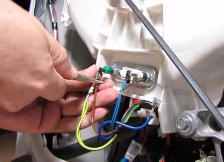 Почему при включении стиральной машины постоянно выбивает автомат?