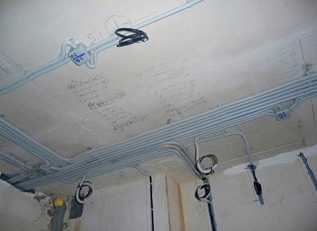Как правильно проложить кабель и прикрепить наружные светильники на утепленном доме?
