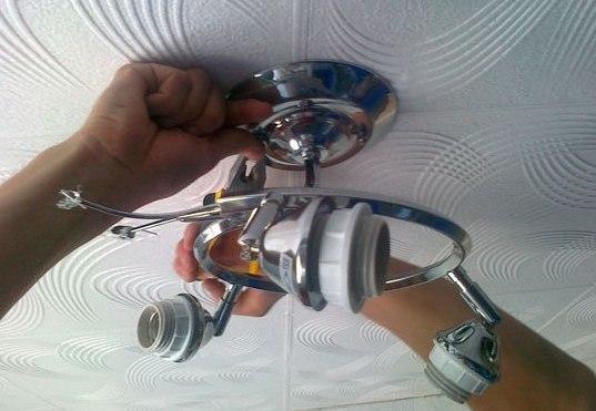 Как снять люстру с потолка своими руками: пошаговая инструкция