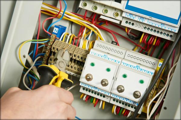 В каких документах можно найти нормы по оснащению электромонтажника электроинструментом?