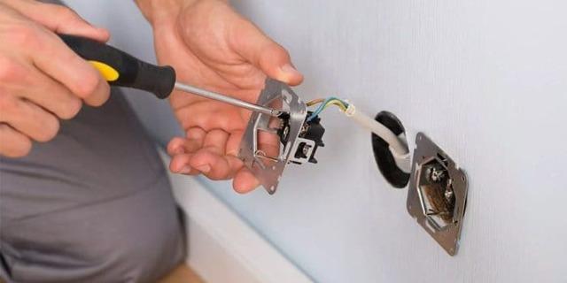 Как перенести розетку своими руками в другое место?